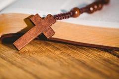Abra a Bíblia com grânulos do rosário Imagem de Stock Royalty Free