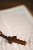 Abra a Bíblia com grânulos do rosário Fotos de Stock