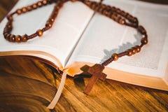 Abra a Bíblia com grânulos do rosário Imagens de Stock Royalty Free