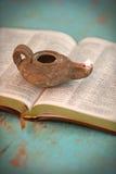 Abra a Bíblia e a lâmpada do vintage fotos de stock royalty free
