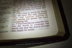Abra a Bíblia e o verso da Bíblia fotografia de stock royalty free