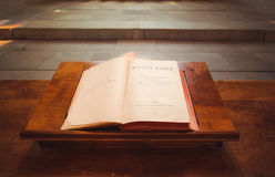 Abra a Bíblia em Saint Pierre Cathedral em Genebra, interruptor Imagens de Stock