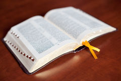 Abra a Bíblia na tabela Imagem de Stock Royalty Free