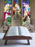 Abra a Bíblia no altar da igreja fotografia de stock