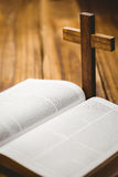 Abra a Bíblia com ícone do crucifixo atrás Imagens de Stock Royalty Free