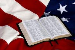 Abra a Bíblia na bandeira americana Fotografia de Stock Royalty Free