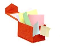 Abra a caixa com notas do lembrete da cor Fotos de Stock