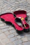 Abra a caixa da guitarra com dinheiro Fotos de Stock Royalty Free