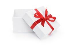 Abra a caixa de papel atual do branco com curva vermelha da fita fotografia de stock royalty free