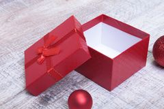 Abra a caixa de presente com bola do Natal, no fundo branco Fotografia de Stock