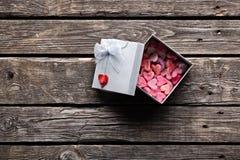 Abra a caixa de presente com corações Fotos de Stock