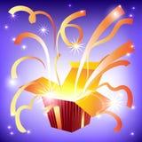Abra a caixa de presente com raios de luz brilhantes e de voo Imagem de Stock Royalty Free