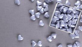 Abra a caixa de presente completamente de corações roxos Imagens de Stock Royalty Free