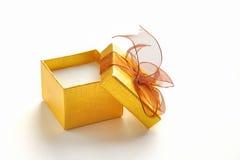 Abra a caixa de presente dourada com laço marrom Fotografia de Stock