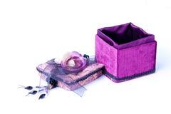 Abra a caixa de presente roxa com uma rosa isolada. Imagens de Stock