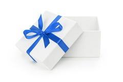 Abra a caixa de presente textured branca com curva da fita azul Fotografia de Stock Royalty Free