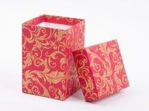 Abra a caixa de presente vermelha com teste padrão dourado Fotografia de Stock