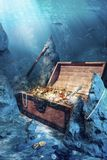 Abra a caixa de tesouro com underwater brilhante do ouro Foto de Stock