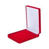 Abra a caixa vermelha de veludo no fundo branco com trajeto grampeado imagem de stock royalty free