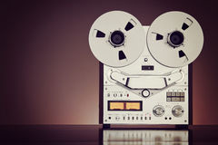 Abra carretéis do metal com a fita para a gravação sonora profissional com Imagens de Stock
