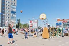 Abra competições do streetball da rua O jogador executa um tiro livre Imagens de Stock Royalty Free