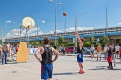 Abra competições do streetball da rua O jogador executa um tiro livre Imagem de Stock