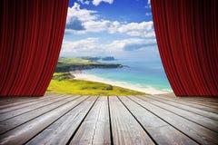 Abra cortinas vermelhas do teatro contra a paisagem irlandesa - imag do conceito Fotografia de Stock Royalty Free