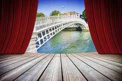 Abra cortinas vermelhas do teatro contra a ponte em Dublin Imagem de Stock