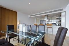 Abra a cozinha da planta com área de jantar Foto de Stock