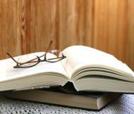 Abra densamente el libro y los vidrios Imagen de archivo libre de regalías