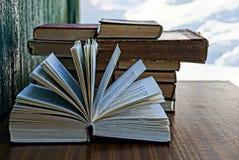 Abra densamente o livro em uma tabela marrom Fotografia de Stock Royalty Free