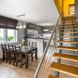Abra el apartamento del piso con las escaleras foto de archivo libre de regalías