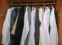 Abra el armario con muchas camisas elegantes para las reuniones importantes Imagen de archivo libre de regalías