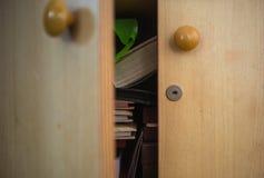 Abra el armario de madera Fotos de archivo