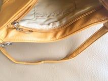 Abra el bolso amarillo vacío Imagenes de archivo