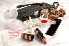 Abra el bolso con los accesorios cosméticos femeninos del snd Foto de archivo