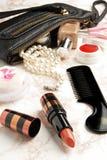 Abra el bolso con los accesorios cosméticos femeninos del snd Imágenes de archivo libres de regalías