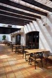 Abra el café de la terraza en ciudad mediterránea Imagenes de archivo