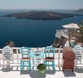 Abra el café delante de la laguna de Santorini Foto de archivo libre de regalías