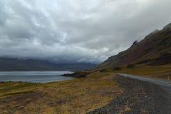 Abra el camino en la costa en Islandia Foto de archivo libre de regalías