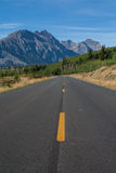 Abra el camino que lleva a las montañas Foto de archivo
