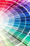 Abra el catálogo de los colores de la muestra del pantone fotografía de archivo libre de regalías
