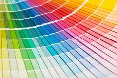 Abra el catálogo de los colores de la muestra del pantone foto de archivo