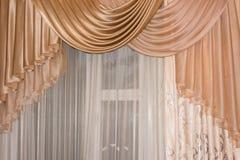 Abra el color de oro del lambrequin (portiere, cortina) en la ventana Imagenes de archivo