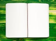 Abra el cuaderno con dos, white pages, mintiendo en una tabla de madera verde clara, Imagen de archivo