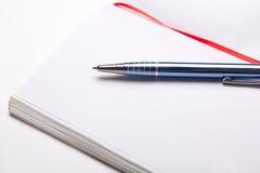 Abra el cuaderno con el espacio de la copia en las páginas con la pluma Foto de archivo libre de regalías