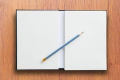 Abra el cuaderno con el lápiz Fotos de archivo
