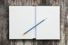Abra el cuaderno con el lápiz Fotos de archivo libres de regalías