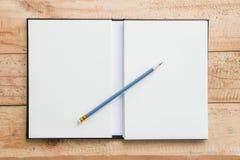 Abra el cuaderno con el lápiz Imagenes de archivo