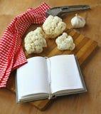 Abra el cuaderno con la coliflor y el ajo Fotografía de archivo libre de regalías